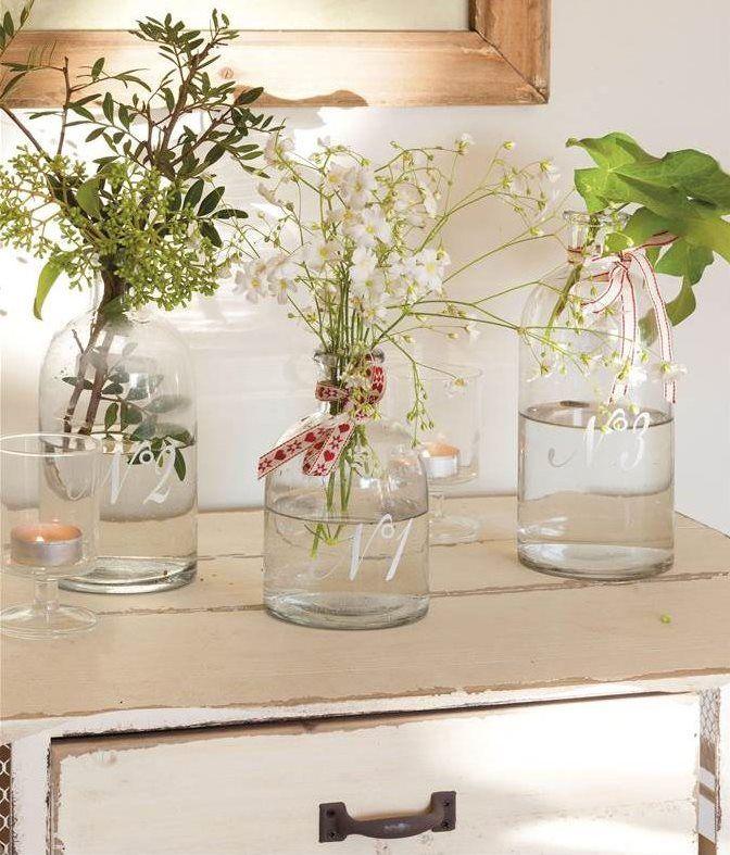 jarrones de cristal numerados con flores y plantas