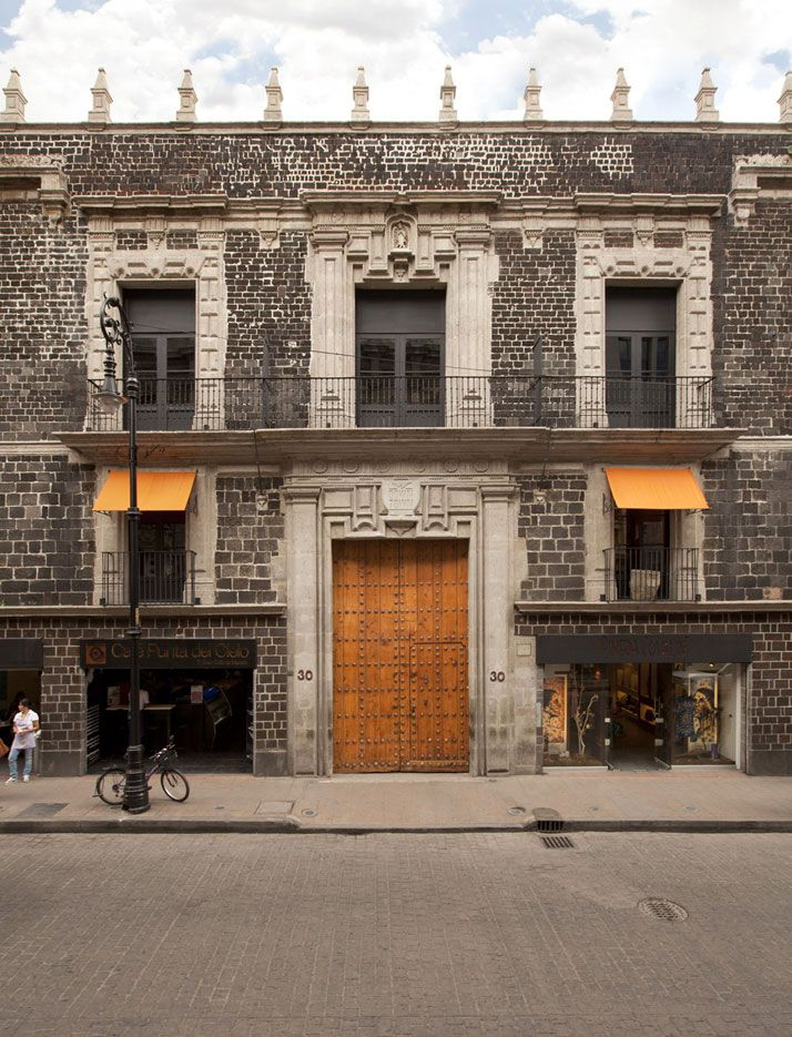 A 17th Century Colonial Palace Is Transformed Into The Downtown Hotel And Hostel In Mexico City Arquitectos Arquitectura Palacios