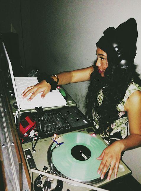 Dj PISTOL WHIP (NOODLES) #Hip_Hop #edm #dj #female_dj Listen her Mixtape: https://soundcloud.com/pistolwhip/sleepover-mixtape