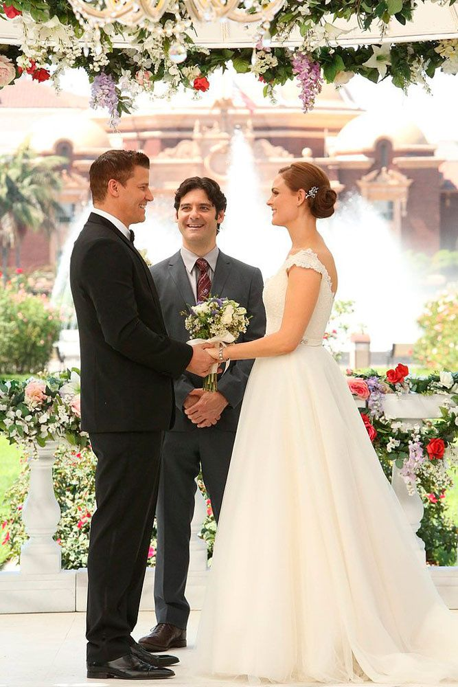 Bones fue una novia de lo más femenina con un vestido de caída suave en su boda con el Agente Booth. ¡Al fin!