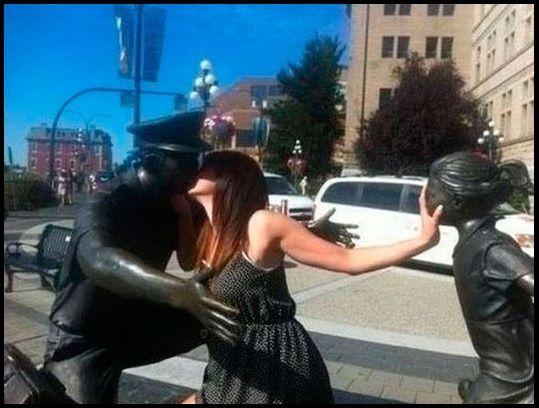 Simplemente ponerse delante de una estatua y disparar la cámara está obsoleto, hoy en día lo que se lleva es....