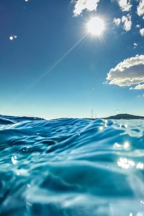 قالت له وهي تتأمله ببرائة العشق حبيبي اترى هذا البحر الذي امامنا قال لها بعين مبتسمه نعم اراه حبيبتي قالت له اتعلم بانه Ocean Ocean Waves Waves