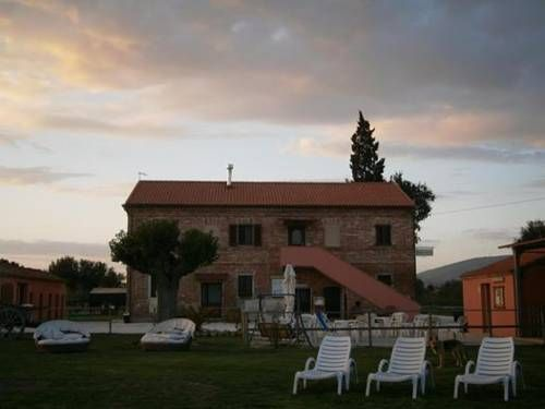 Conero Ranch Porto Recanati Set on the outskirts of Conero Regional Park, this guest house and stables offers a peaceful location just 5 km from Scossicci Beach. All air-conditioned rooms offer flat-screen TV and parquet floors. Parking is free.