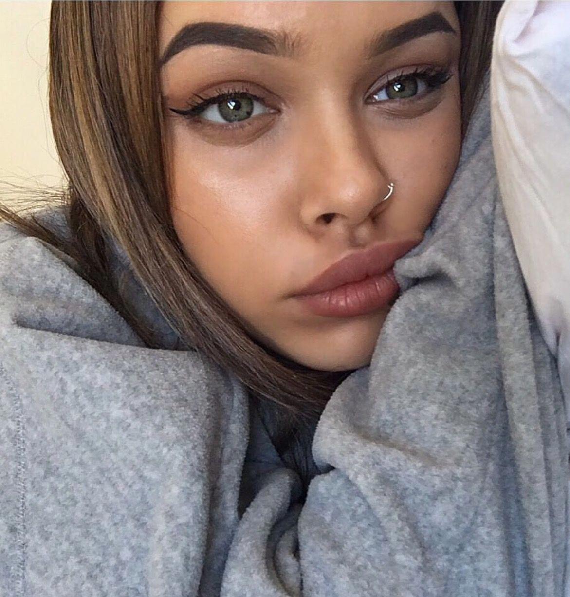 Discreet natural makeup for beginners