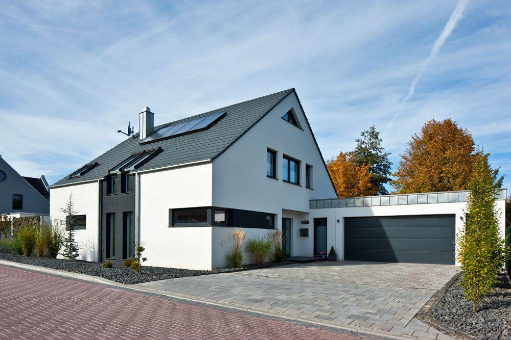 Einfamilienhaus neubau modern satteldach  Götze 1 | Hausfassade | Pinterest | Götze, Grundriss ...