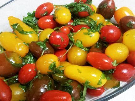 סלט עגבניות שרי וכוסברה