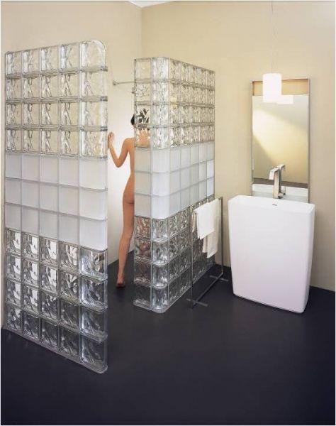 Une cloison en briques de verre pour une touche sixties Bathroom