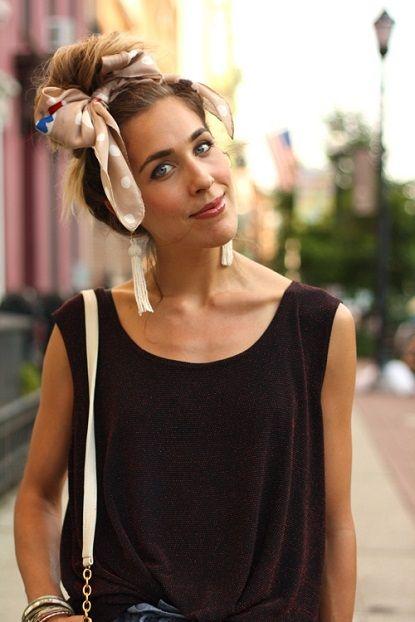 Idées coiffure avec un foulard attaché dans les cheveux en nœud papillon. Se coiffer avec un foulard dans les cheveux longs en queue de cheval ou en chignon.
