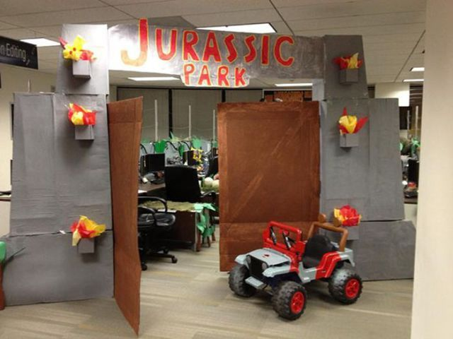 cool jurassic park themed office dcor for halloween 10 pics - Office Halloween Decorations