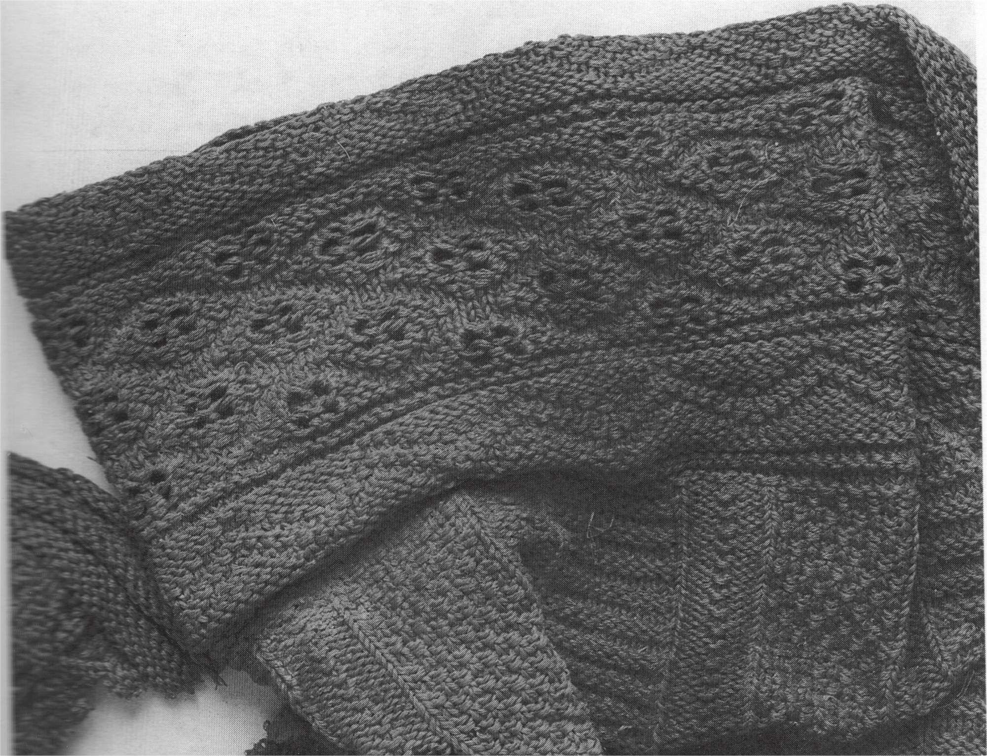 """""""Detail of the knitting across the top and down the legs of the stockings.""""    Moda alla corte dei Medici: gli abiti restaurati di Cosimo, Eleonora e don Garzia, Firenze, Centro Di, 1993."""