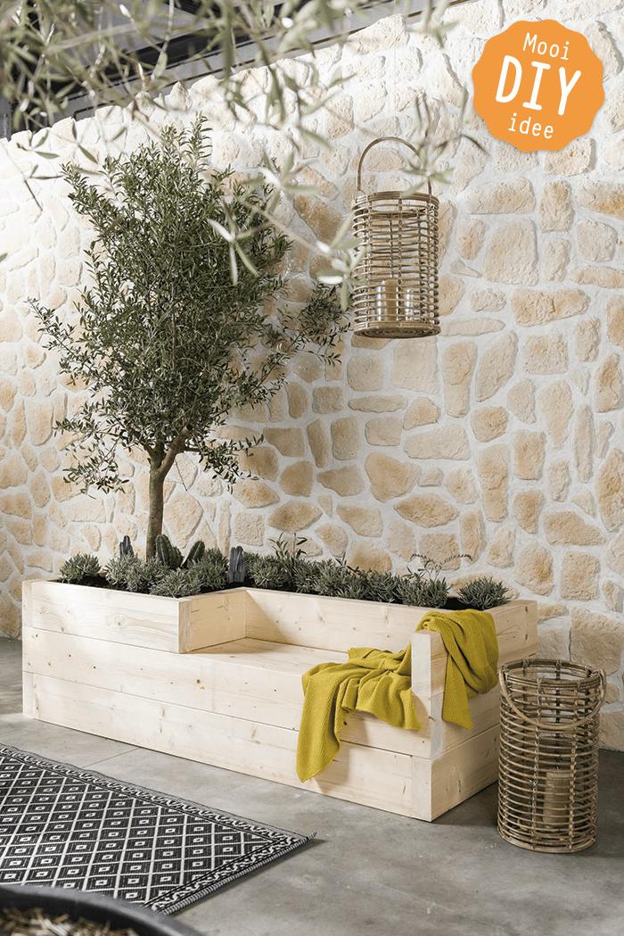 Je maakt deze eyecatcher van vuren balken en vult hem met mediterrane planten, kruiden en cactussen. Zo word je omringd door geurende rozemarijn, tijm, oregano en lavendel in de schaduw van je eigen olijfboom!