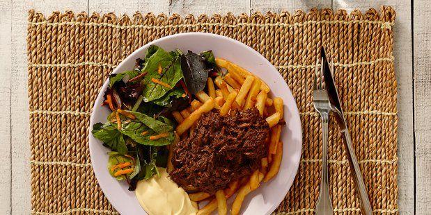 Zelfgemaakte stoofvlees van riblappen, wortel, ui, rode wijn, appelstroop en runderbouillon.