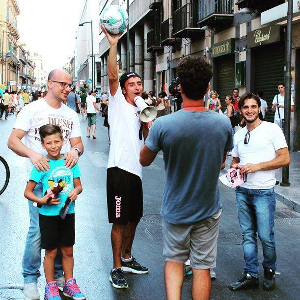 www.Bbrothersadv.it Foto scattate durante la realizzazione di un video per il content marketing del Palermo Calcio, con l'obiettivo specifico di pubblicizzare la campagna abbonamenti del campionato di Serie A 2015 #contentmarketing #marketing #mktg #video #videomaker #pubblicità #guerrillamarketing #streetmarketing #sampling #hostess #animazione #spiaggia #Mondello #Palermo #calcio #sport #riprese #cittàdipalermo #palermocalcio #joma #jomasport #rosanero