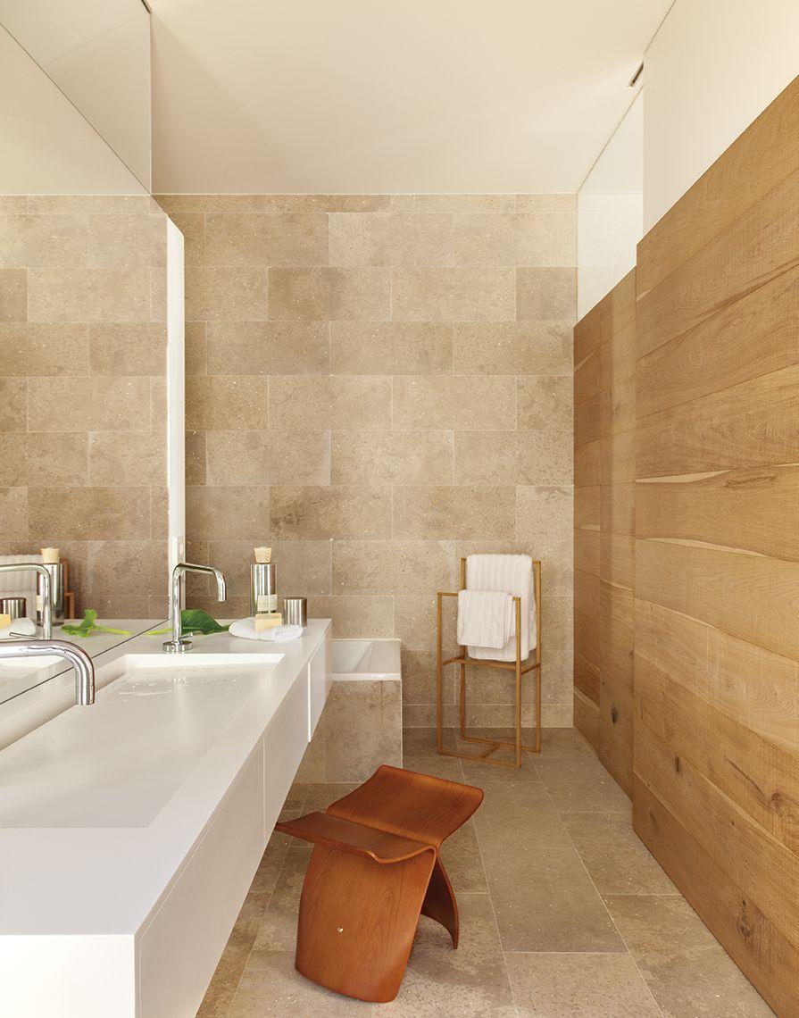 Ba o con revestimiento de piedra y de madera lavamanos for Revestimiento de piedra para banos