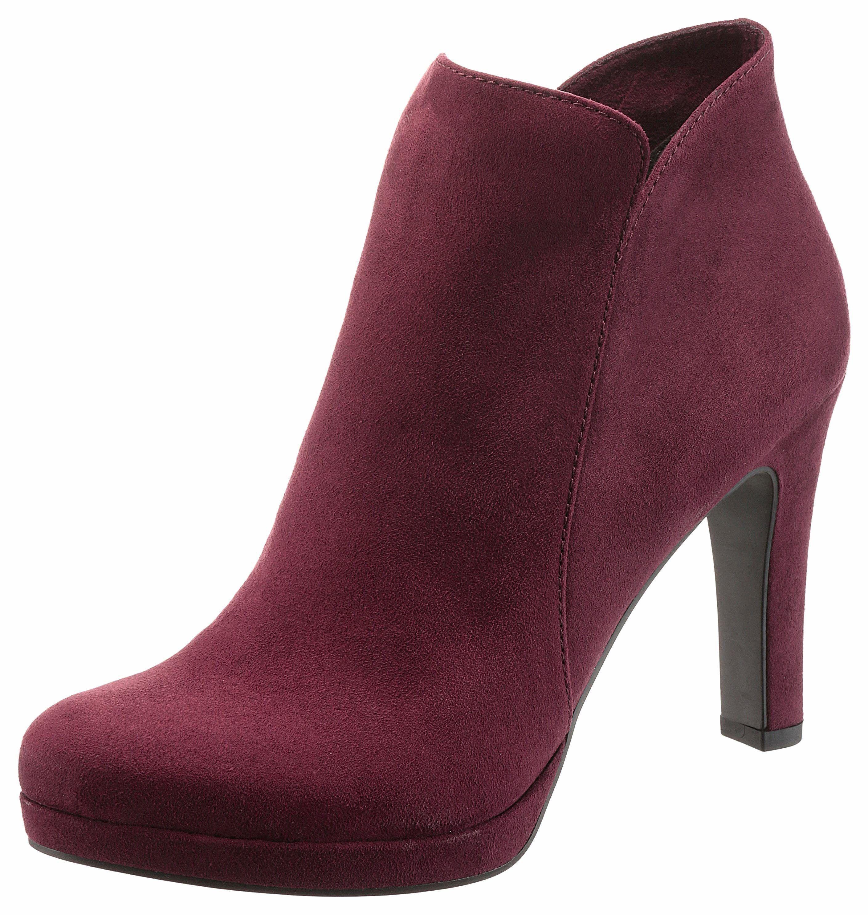 Deze donkerrode Tamaris highheel-laarsjes, zorgen ervoor dat jij jouw outfit helemaal af maakt! Vind jij het leuk als je schoenen geen standaard kleur hebben? Dan zijn deze highheel-laarsjes echt wat voor jou! #ottonl #damesmode #highheels #laarsjes #mode #trendy #fashion