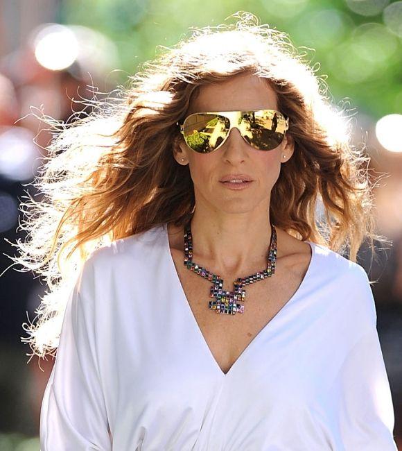 Um acessório que já foi tendência anos atrás, agora está de volta no mundo da moda: os óculos espelhados!