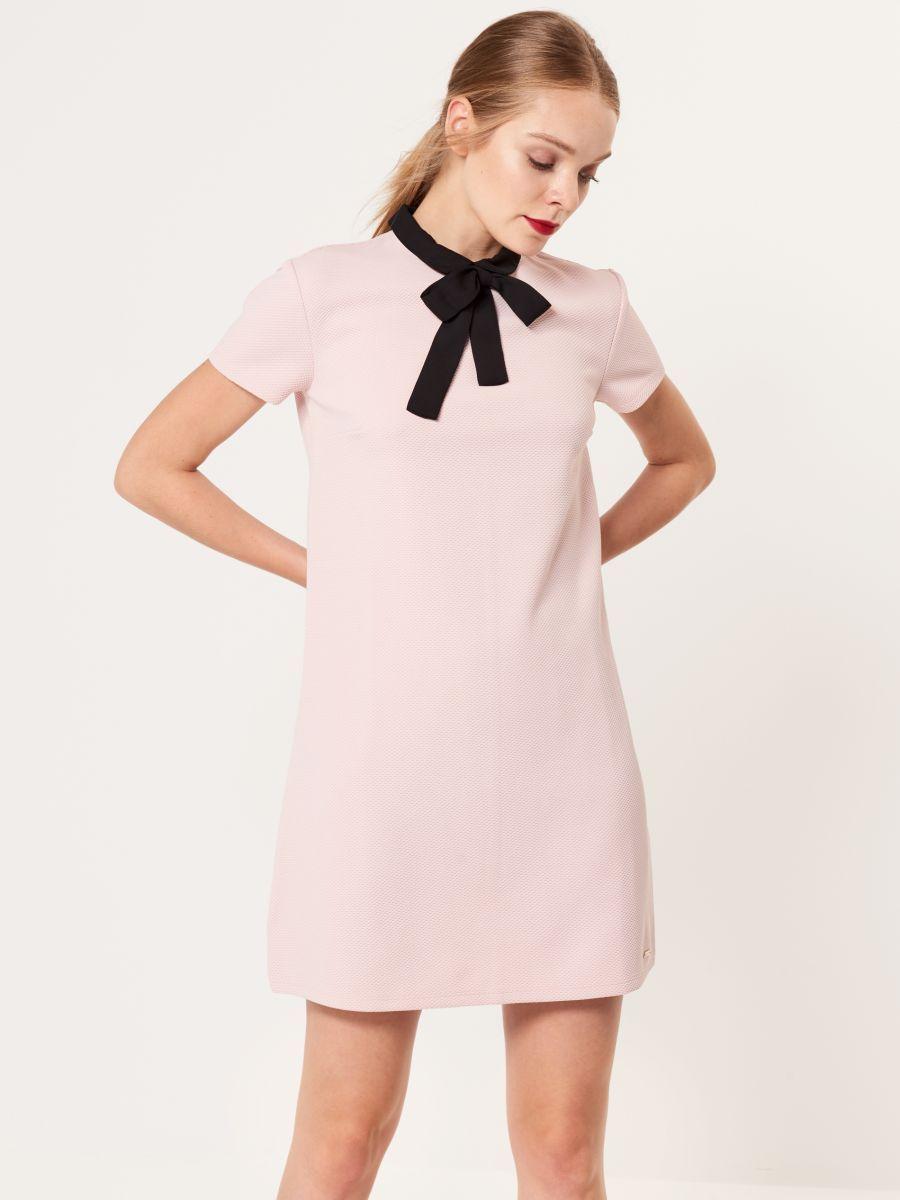 983f203e104 Elegantní šaty s límcem