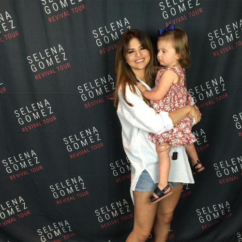 selena gomez meet and greet outfits