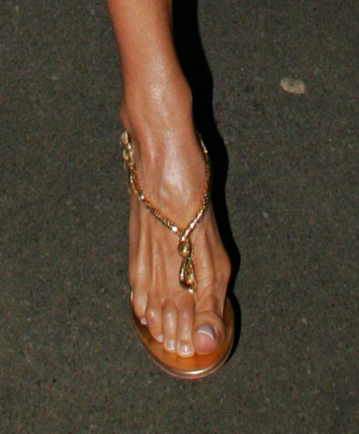 22f242b3260 Victoria Beckham's Feet << wikiFeet | A+ Big Beautiful feet | Bunion ...