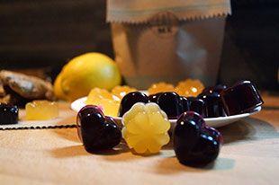 Anleitung für selbstgemachte Fruchtgummis. Die kleinen Saftgummis sind schnell gemacht und es hat mich schier entzückt das sie easy-peasy von der Hand gehen