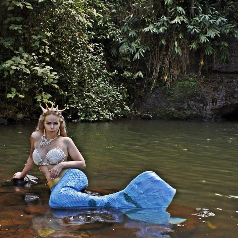 Em meu recanto de Sereia. Em meu paraíso.  #Sereia #Sereiando #Mermaid #mermaidtail #tail #cauda #shell #tiara #iamreallyamermaid #cachoeira #brazil #brasil #cachoeiras #fall #sirena #mirellaferraz