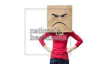 De Papieren Zak : Vrouw met een papieren zak over haar hoofd met een boze