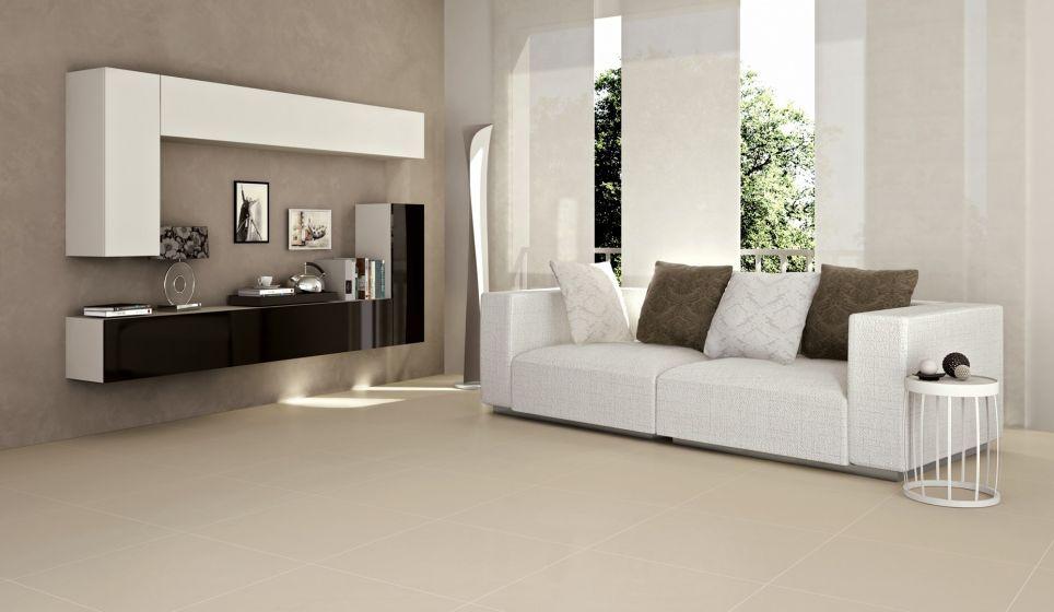 Lichte en moderne woonkamer met grote vloertegels