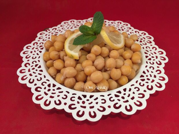 حمص مسلوق يقدم في يوم العاشوراء Food And Drink Food Vegetables
