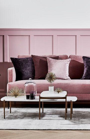 Samtsofas Sind Total Angesagt Vor Allem In Pink Wie Wunderbar Das Trendpiece Zu Unters Schlafzimmer Einrichten Braune Couch Wohnzimmer Ideen Haus Interieurs