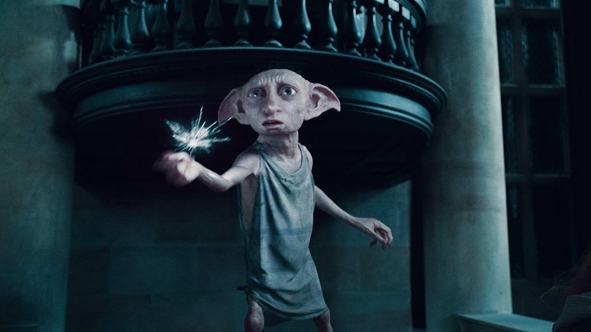 Alors Que L Oncle Vernon La Tante Petunia Et Son Cousin Dudley Recoivent D Importants Invite Dobby Harry Potter Harry Potter Characters Harry Potter Creatures