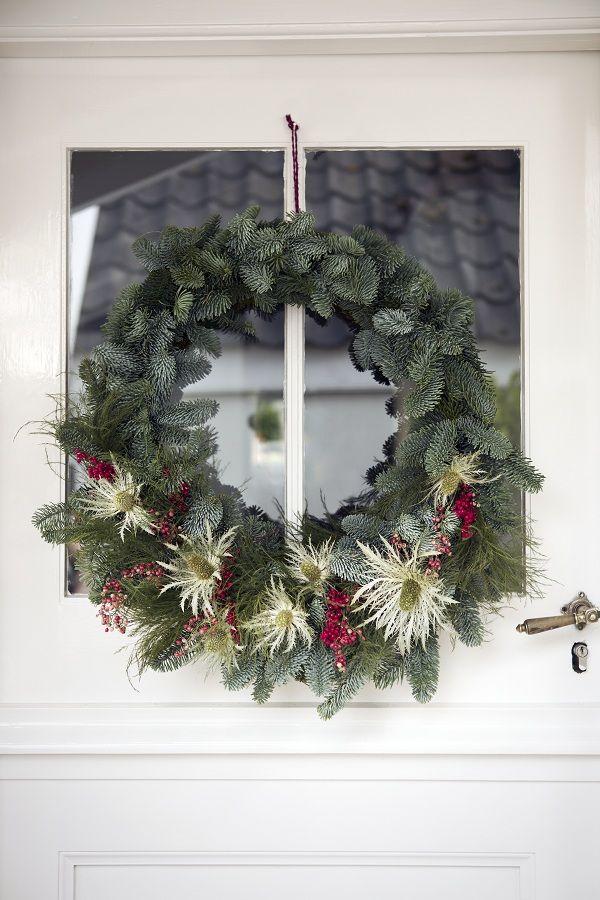 De gezelligheid van kerst haal je in huis met een kerstkrans. Klein, groot, klassiek of bijzonder, een supereenvoudige óf 'steek die handen maar uit de mouwen'-krans. Kerst begint bij de voordeur!