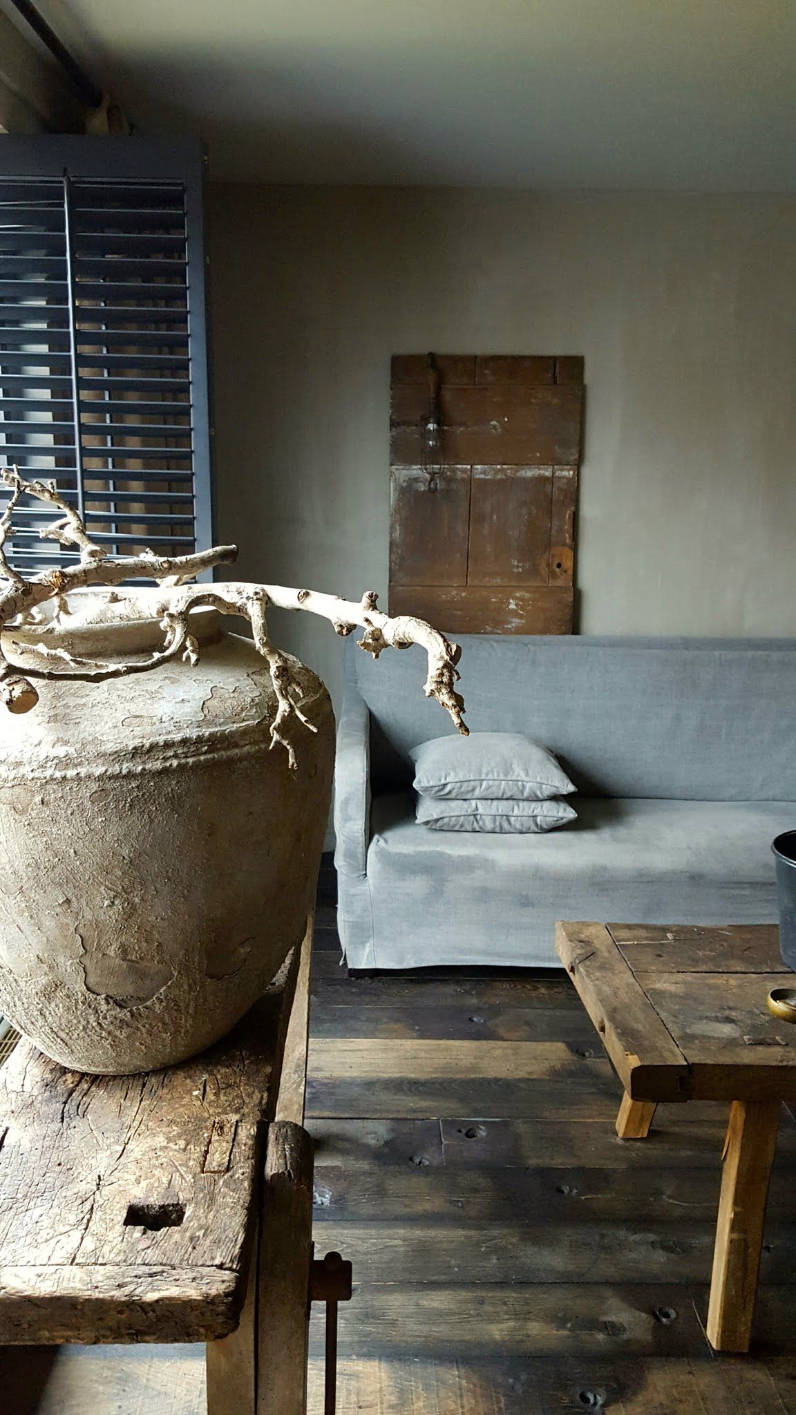Het blanke hout van de muuto wood lamp tegen de blauwgrijze muur ...