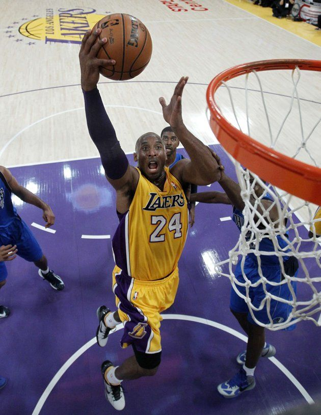 Los Angeles Lakers Shooting Guard Kobe Bryant 24 Drives To The Hoop To Score Against The Dallas Mave Kobe Bryant 24 Kobe Bryant Black Mamba I Love Basketball