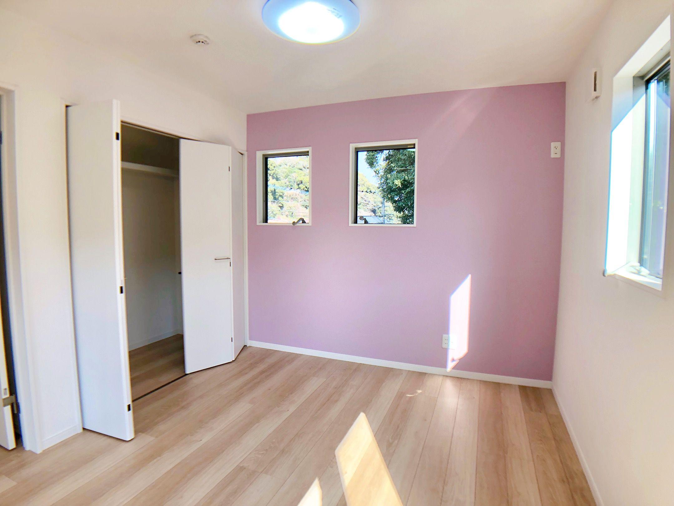 洋室 子ども部屋 壁紙 アクセントクロス ピンク フローリング ハウス