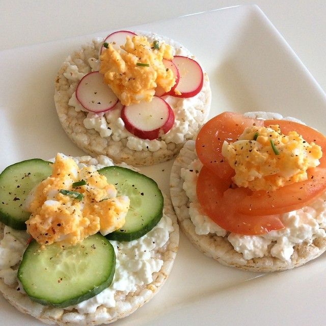 ❝Lunchtime Rice cakes with cottage cheese cucumber tomato
