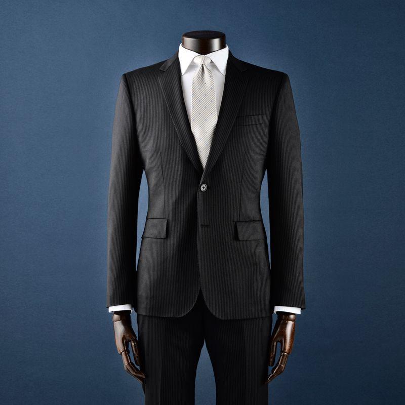 シャープなシルエットのスーツ