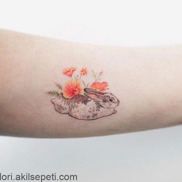 Ragazza: questi piccoli tatuaggi sono decisamente affascinanti. Qualunque cosa si ... -