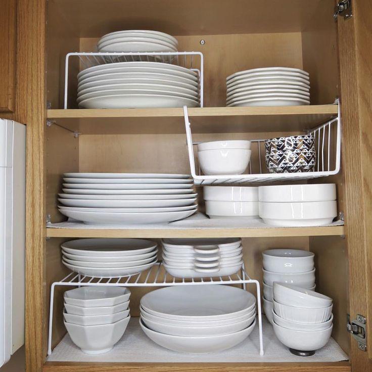 Organisierte weiße Gerichte. Kleine Hauptküche