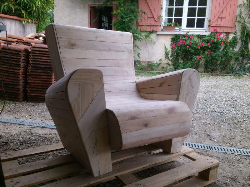 Fauteuil club en bois de palettes par toniocreationbois for Siege jardin palette