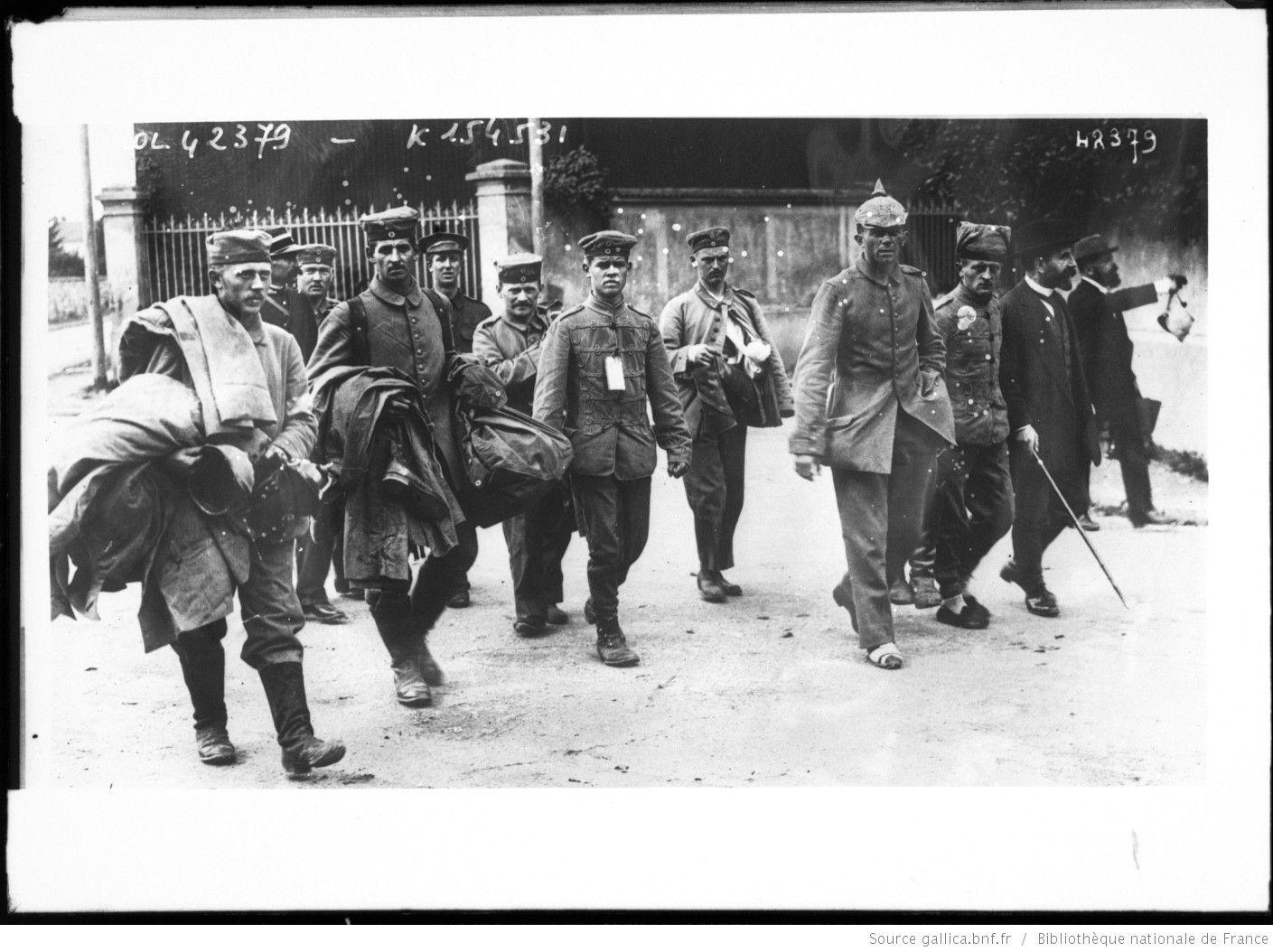 Soldats allemands faits prisonniers par les Anglais à la Ferté[-Gaucher, Seine-et-Marne] : [photographie de presse] / [Agence Rol]