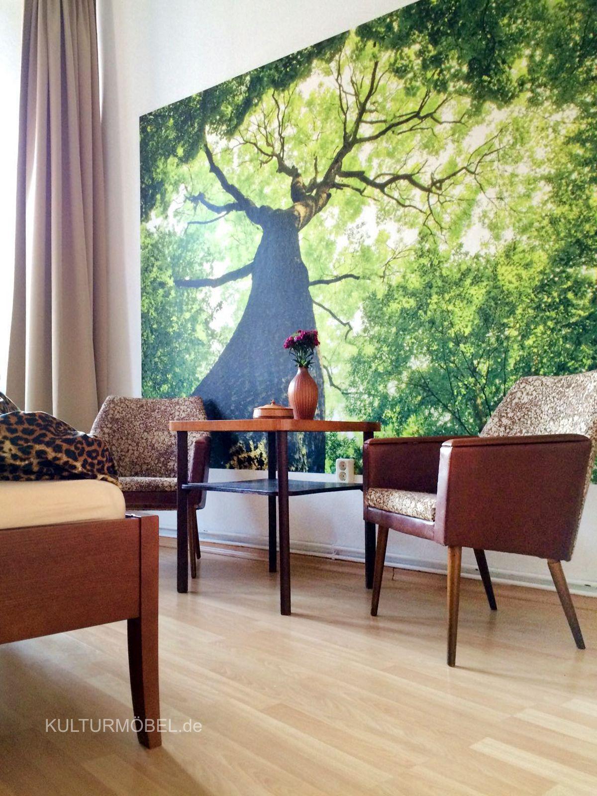 Im neuen Zuhause bei Alberto in Halle an der Saale angekommen... die Armlehnsessel mit floralem Muster und der Beistelltisch mit Intarsien aus den 60ern. Blumen, Bäume, Sonnenlicht - da muss man gar nicht mehr rausgehen. ❤️