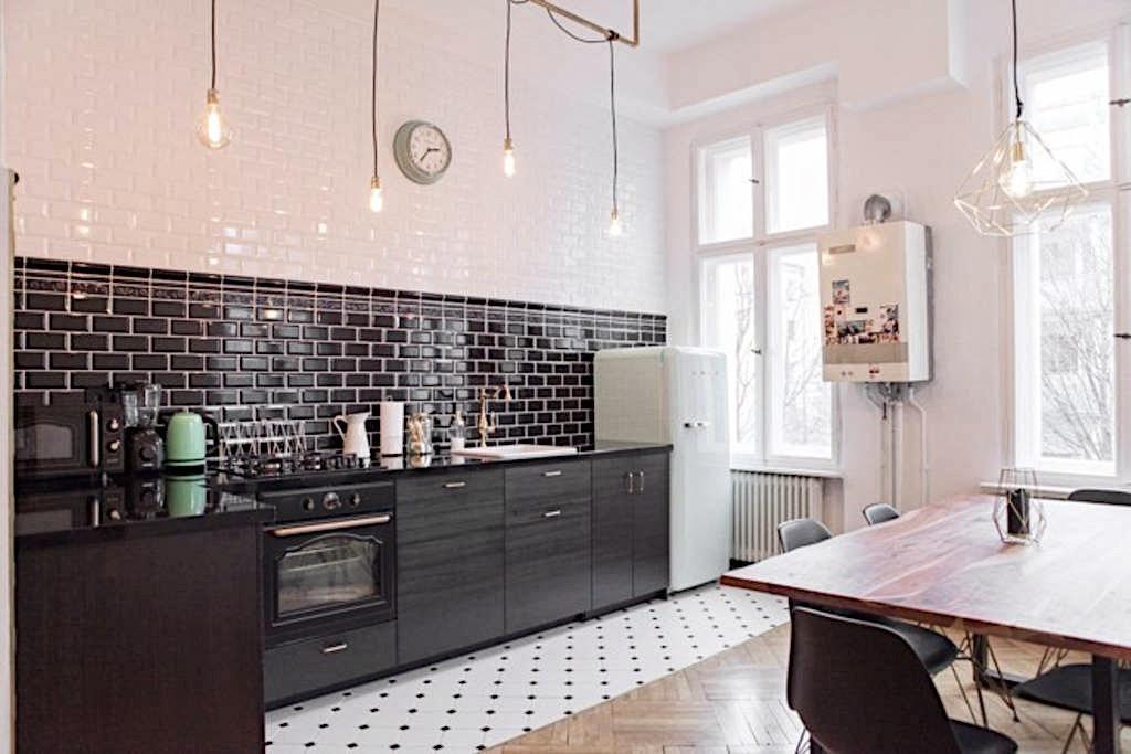 Altbauwohnung Berlin großer wohn und essbereich in schwarz weiß in berliner