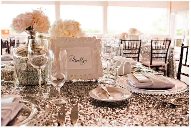 Een tafelsetting vol mooie details van glas, glitters en porselein.