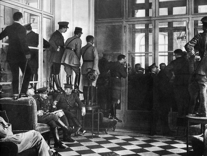 THE TREATY OF VERSAILLES Spectators in the Palace of Versailles try to catch a glimpse of the signing of the treaty that marked the end of the war between Germany and the Allied Powers, on June 28, 1919.