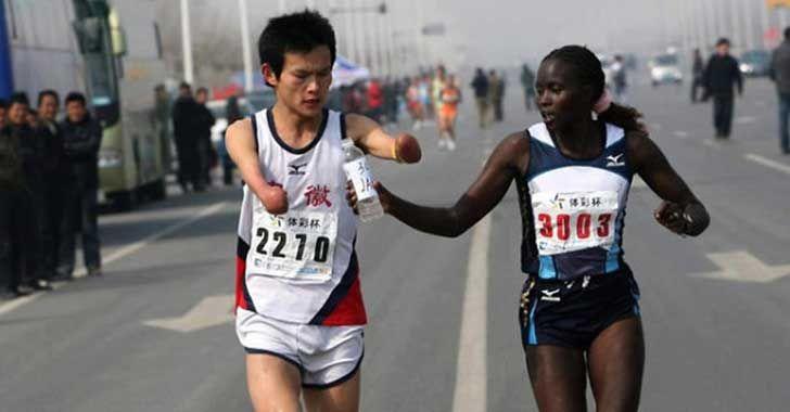 Jacqeline Kiplino ayuda a un corredor con discapacidad a terminar su carrera, costándole el primer lugar en la maratón de Taiwán: