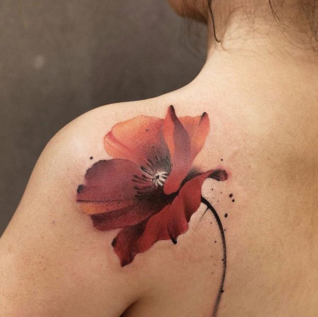 Tatuaje de una rosa en el hombro