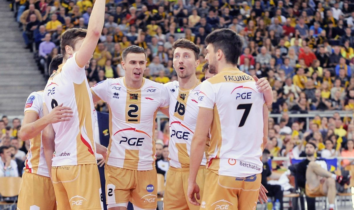 PGE Skra Bełchatów walczy o awans do play-off. Asseco Resovia czeka na turniej finałowy.