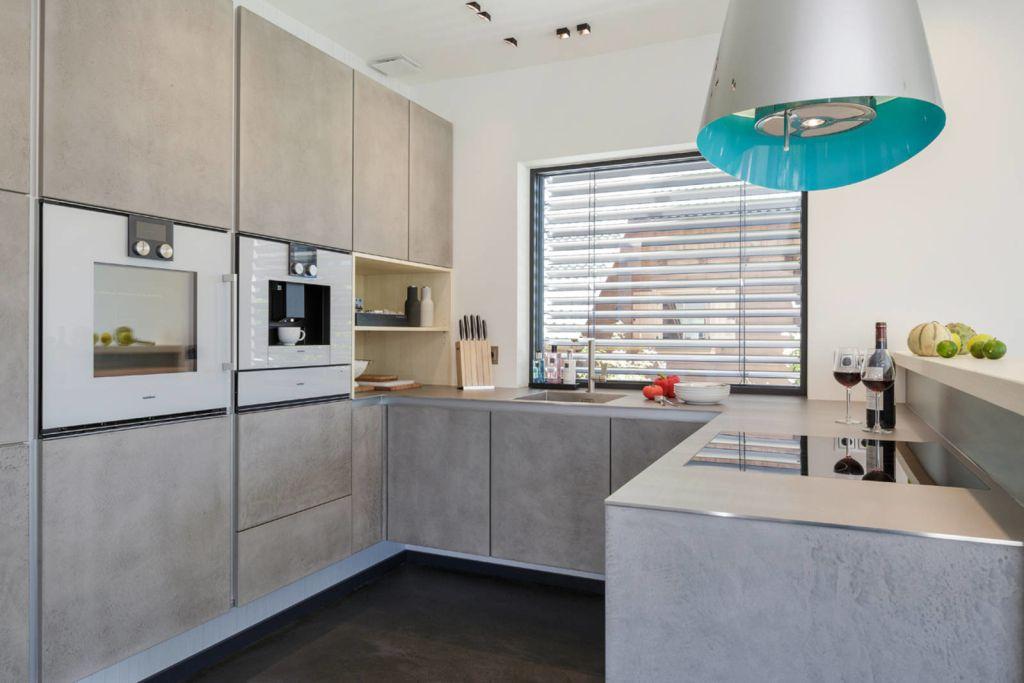 Offen Küche mit grauen Fronten im Beton Look ARCH _ ENTERIJER - Kleine Küche Optimal Nutzen