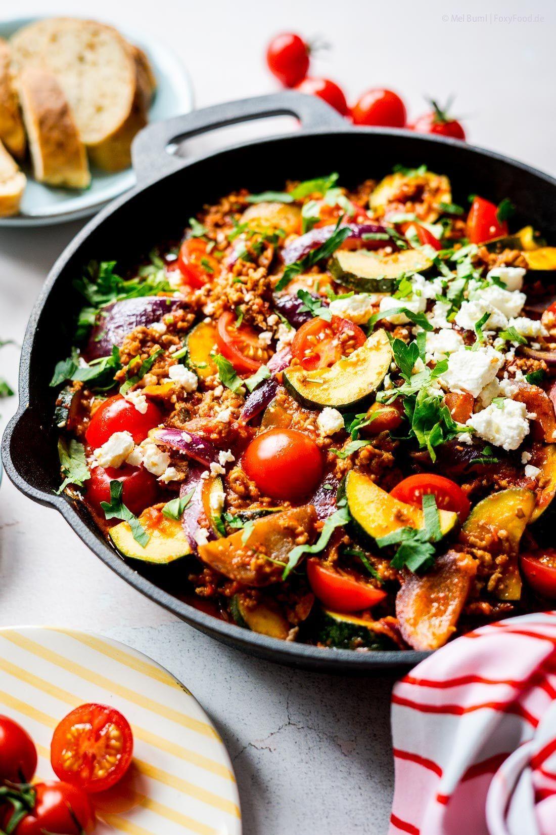 Schnelle Familienküche: Hackpfanne mit Zucchini, Tomaten und Feta. Super mit Reis, Kartoffeln, Nudeln oder Baguette.