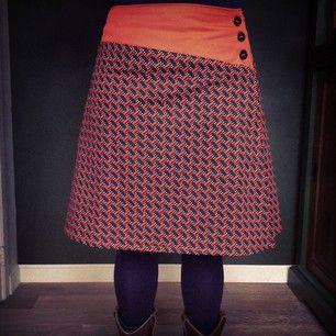 Werkte eindelijk de rok af die gedurende een half jaar, half in elkaar gestoken, in de naaikamer lag.. (naar een model van mis-en-plis)